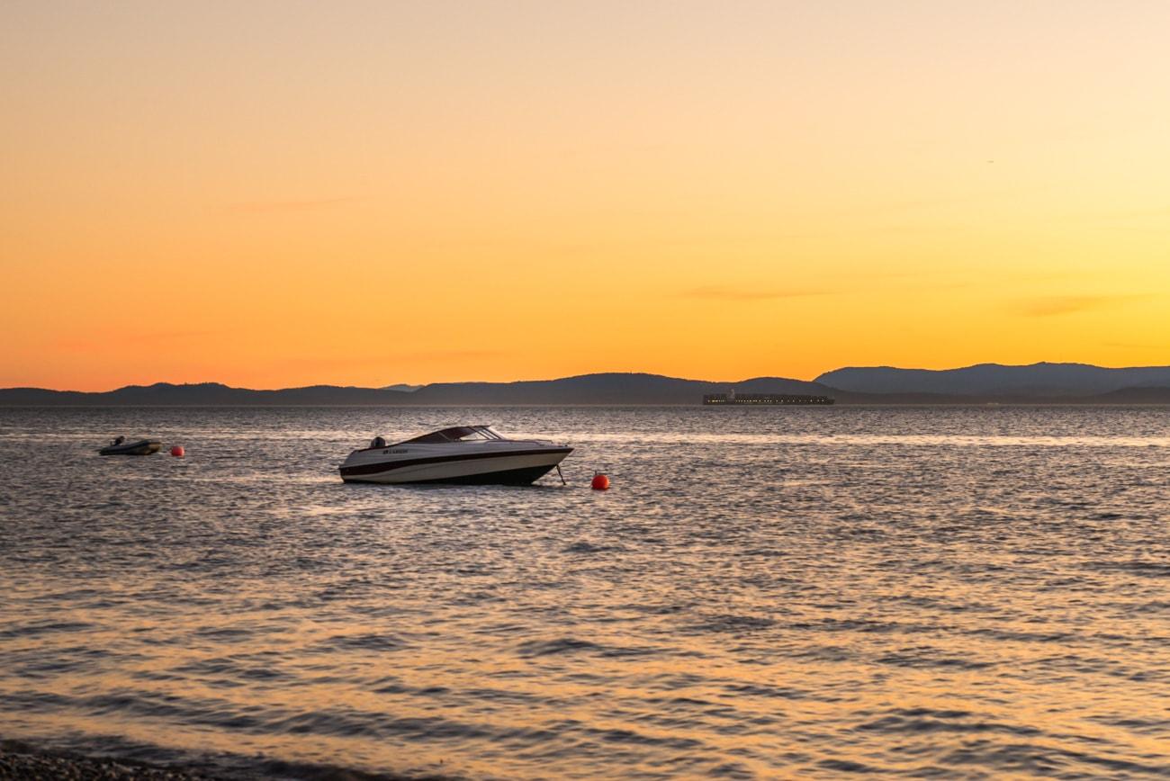 Speedboat at Sunset : Tsawwassen Beach